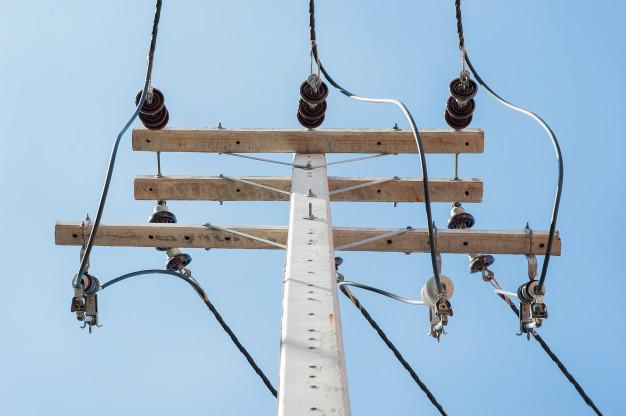 elevar-o-angulo-dos-postes-eletricos_23911-78